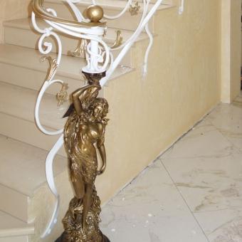 perila-so-skulpturoy